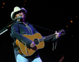 Alan_jackson_at_rupp_in_2004_cornelison